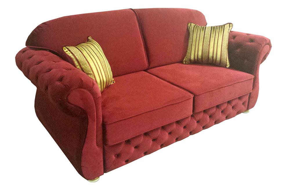 красный прямой диван с подушками